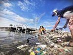 petugas-dari-satgas-kebersihan-mengangkut-sampah-yang-menumpuk-di-bibir-pantai-cpi-1.jpg