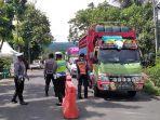 petugas-gabungan-melakukan-pemeriksaan-kendaraan-di-perbatasan-polman-1552021.jpg