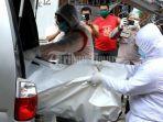petugas-kesehatan-menggunakan-apd-hazmat-lengkap-melakukan-evakuasi-nenek-alice-antoni-82-1.jpg