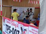 petugas-kpps-baru-memasang-daftar-pemilih-tetap-dpt-di-tps-003-kelurahan-lemba.jpg