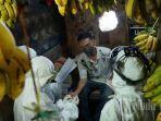 petugas-medis-melakukan-rapid-test-kepada-sejumlah-pedagang-di-pasar-pabaeng-baeng-5.jpg