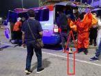 petugas-melakukan-proses-evakuasi-dua-orang-penumpang-yang-ditemukan-tewas-tanpa-busana.jpg