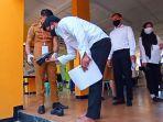 petugas-memeriksa-sepatu-peserta-skd-cpns-di-smkn-1-tana-toraja.jpg