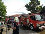 petugas-pemadam-kebakaran-memadamkan-api-di-kelurahan-tamarundung_20180905_162651.jpg