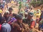 petugas-sar-gabungan-mengevakuasi-korban-longsor-di-desa-ilan-batu-kecamatan-walenrang-barat.jpg
