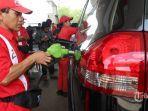 petugas-spbu-melayani-konsumen-yang-ingin-mengisi-bahan-bakar-minyak-bbm.jpg
