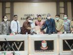 pimpinan-dan-anggota-dprd-kota-makassar-menerima-r323.jpg