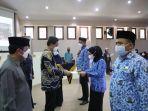 pj-walikota-makassar-prof-rudy-djamaluddin-saat-menyerahkan-526-sk-pns.jpg