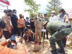 plt-gubernur-sulawesi-selatan-saat-menanam-bibit-pohon-di-jalur-masuk-bandara-toraja.jpg