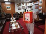 pmi-kabupaten-gowa-menyemprot-disinfektan-ke-kantor-kantor-pemerintah.jpg