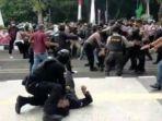 polisi-diduga-membanting-satu-peserta-aksi-di-tigaraksa-rabu-13102021.jpg