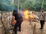 polisi-kembali-melakukan-pembongkaran-dan-pembakaran-arena-lokasi-sabung-ayam.jpg