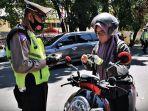 polisi-memeriksa-surat-kelengkapan-kendaraan-bermotor-saat-operasi-gabungan-pajak.jpg