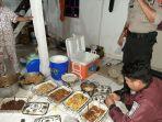 polisi-sedang-memeriksa-dan-mengambil-sampel-makanan-di-rumah-milik-hajatan.jpg