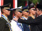 presiden-jokowi-dan-taruna-tni-angkatan-laut.jpg