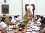 presiden-jokowi-memimpin-rapat-terbatas-kabinet-memberantas-covid-19-8-provinsi-prioritas.jpg