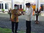 presiden-pks-akmad-syaikhu-memberikan-hadiah-buku-karyanya-kepada-gubernur.jpg