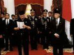 presiden-soeharto-memutuskan-mundur-dari-jabatannya-pada-21-mei-1998.jpg