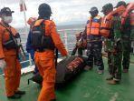 proses-evakuasi-jenazah-diduga-kirban-km-lintas-timur-oleh-kn-sar-bhisma-sabtu-862019.jpg