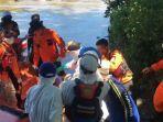 proses-evakuasi-korban-dari-perahu-karet-oleh-tim-sar-gabungan.jpg