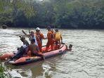 proses-pencarian-korban-kecelakaan-yang-hilang-di-sungai-54.jpg