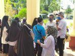 puluhan-guru-menggelar-aksi-solidaritas-di-kantor-pengadilan-negeri-pn-jl-jend-sudirman.jpg