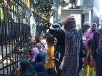 puluhan-ibu-ibu-atau-emak-emak-dari-pulau-kodingareng-masih-bertahan-berunjuk-rasa-1482020.jpg