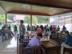 puluhan-jemaat-gereja-maranatha-salama-mendatangi-kediaman-muhammad-thahar-rum.jpg