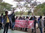 puluhan-mahasiswa-iai-ddi-polman-unjuk-rasa-di-depan-kampusnya.jpg