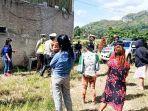 puluhan-pekerja-thm-kafe-masagena-menerima-bantuan-beras-dari-personel-polres-tana-toraja.jpg