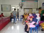 puluhan-warga-kelurahan-mawa-kecamatan-sendana-kota-palopo-mendatangi-kantor-lurah.jpg