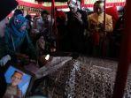 raja-lampung-melihat-jenazah-andi-maddusila_20180611_140713.jpg