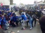 ratusan-mahasiswa-bekasi-terlibat-bentrok-dengan-aparat-kepolisian-di-kawasan-jababeka.jpg