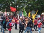 ratusan-pendemo-gelar-aksi-demonstrasi-di-depan-gedung-dprd-sulsel.jpg
