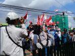 ratusan-pengunjukrasa-mendatangi-kantor-bawaslu-provinsi-sulsel-jl-ap-pettarani.jpg