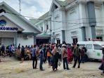 ratusan-warga-dari-berbagai-kecamatan-di-kabupaten-pinrang-mendatangi-kantor-kominfosandi.jpg
