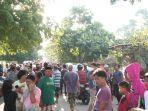 ratusan-warga-mengepung-seorang-pelaku-pengancaman-anak-gadis-di-desa-arpal.jpg