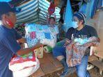 relawan-asal-bulukumba-andika-mappasomba-menggendong-bayi-pengungsi-sulbar.jpg