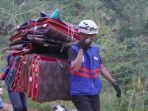 relawan-daarut-tauhid-dt-saat-menyalurkan-alat-tidur-ke-pengungsi-di-desa-sangtandung.jpg