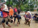 relawan-mengevakuasi-korban-banjir-bandang-luwu-utara.jpg