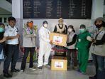 relawan-unm-mendonasikan-alat-pelindung-diri-apd-berupa-pakaian-hazmat.jpg