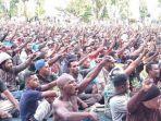 ribuan-massa-duduk-bersila-di-lapangan-apel-kantor-gubernur-papua.jpg