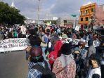 ribuan-pengunjukrasa-mengepung-gedung-dprd-sulsel-jl-urip-sumoharjo.jpg