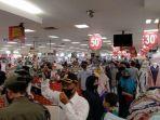 ribuan-pengunjung-yang-beli-baju-lebaran-berhamburan-dibubarkan-paksa-petugas.jpg