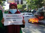 ruas-jalan-sultan-alauddin-ditutup-full-ratusan-pengunjukrasa-dari-mahasiswa-2.jpg