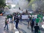 ruas-jalan-sultan-alauddin-ditutup-full-ratusan-pengunjukrasa-dari-mahasiswa-uin-alauddin-2.jpg