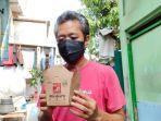 salah-satu-warga-koja-yang-mendapat-nasi-kotak-dari-parta-solidaritas-indonesia.jpg