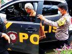 salah-satu-warga-lemo-saat-dijemput-polisi-di-rumahnya-untuk-divaksin-covid-19.jpg