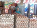 salah-seorang-pedagang-telur-di-pasar-sentral-mamuju-sulbar-selasa-20112018.jpg