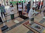 salat-gerhana-matahari-di-masjid-al-markaz-al-islami-makassar-2.jpg